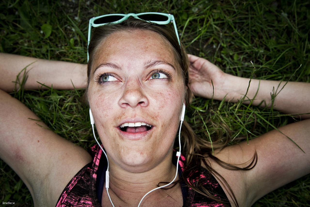 Anita: 25,1 kilométer                         Mary K. Choi két éve írta meg a                           Wiredben                          ,  hogy a futás segítségével szerette meg a dubstepet; azért hallgatott Skrillexet, hogy az így  felkorbácsolt dühével sarkallja magát jobb teljesítményre. Mivel a futás hatására a  szervezetében endorfin termelődött, ez pozitív asszociációkat ébresztett benne a dubstep iránt,  és onnantól fogva már jó érzés töltötte el, ha hallgatta. Nehéz eldönteni, hogy Anita a  kimerültség vagy az endorfin- és szerotonin-túltermelés hatására került ilyen euforikus állapotba, de valószínű, hogy most még a death metált is 100 Folk Celsiusnak hallaná.