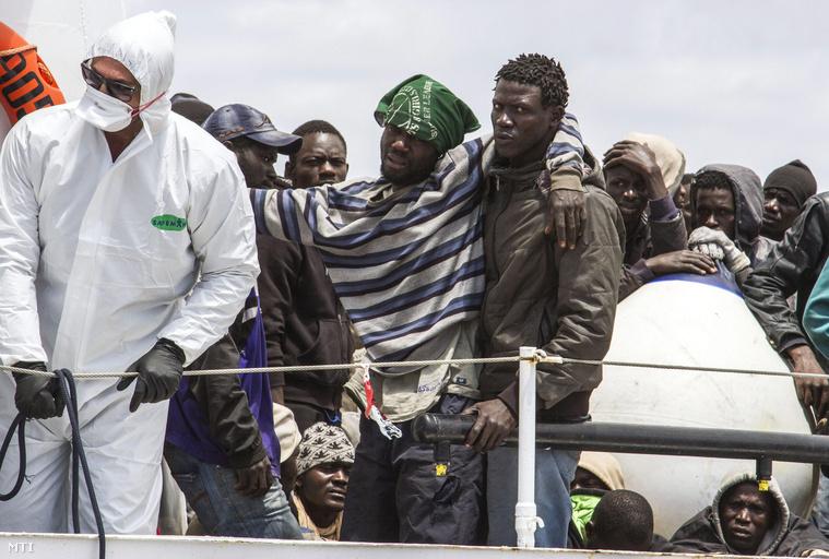 Az olasz parti őrség Peluso nevű hajója illegális bevándorlókkal a fedélzetén megérkezik az Olaszországhoz tartozó földközi-tengeri Lampedusa sziget kikötőjébe.