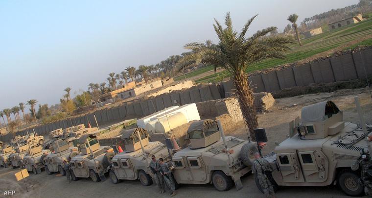 Amerikai terepjárók parkolnak egy úton Bagdad közelében (2008)