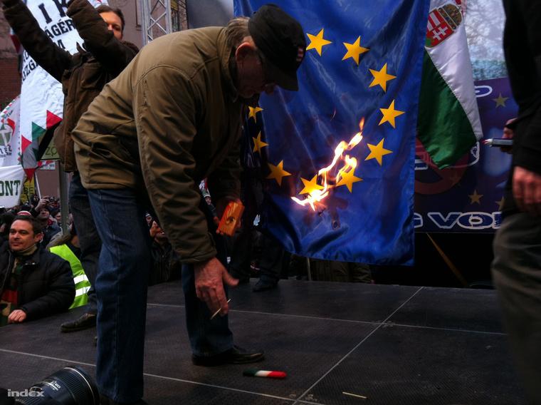 2012-ben a tüntetés végén Novák Előd, a Jobbik alelnöke a színpadra hívta Murányi Leventét, akit 56-os szabadságharcosként mutatott be, majd ketten együtt elégették az Európai Unió zászlaját.