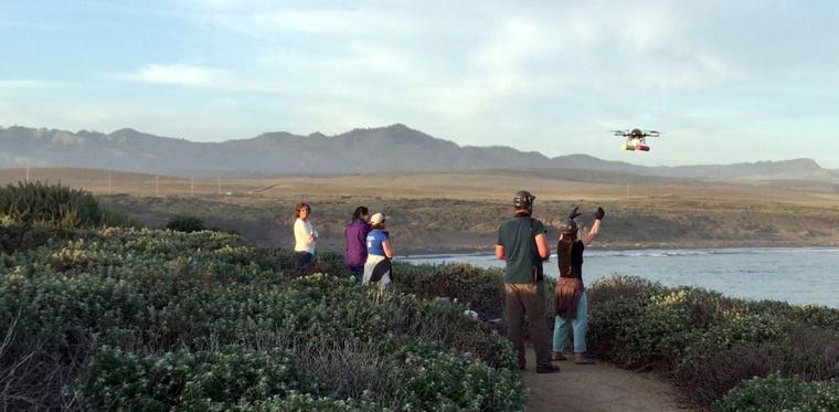 Az amerikai Nemzeti Oceanográfiai és Légköri Intézet kutatói reptetik a hexakoptert, amivel a bálnákat figyelik meg.