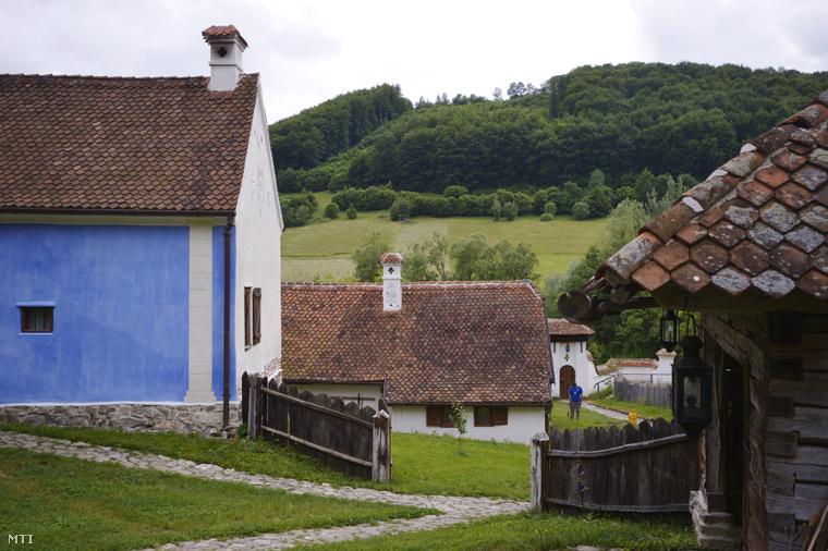 Vendégházak a Károly walesi herceg és Kálnoky Tibor által közösen tulajdonolt birtokon a műúttól távol eső százhúsz lelkes magyar településen a Kovászna megyei Zalánpatakon 2014. június 17-én.