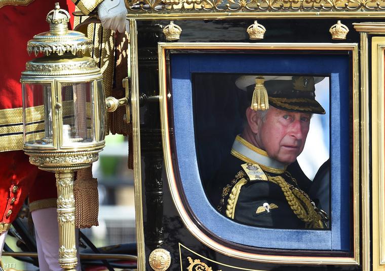 Károly walesi herceg brit trónörökös díszhintón a londoni Westminster-palotába tart ahol II. Erzsébet brit királynő trónbeszédével megnyitja a 2015-2016-os parlamenti évet