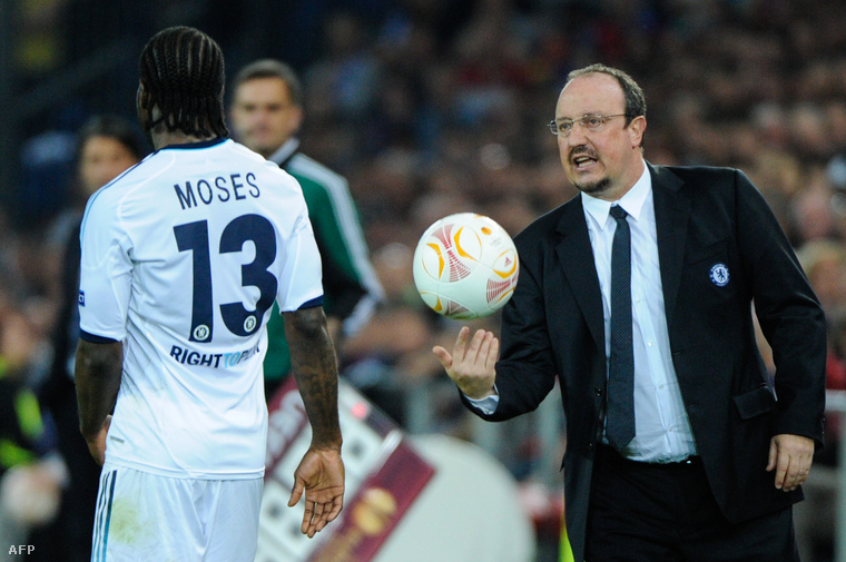 Victor Moses és Benítez a Chelsea-Basel mérkőzés előtt, 2013-ban
