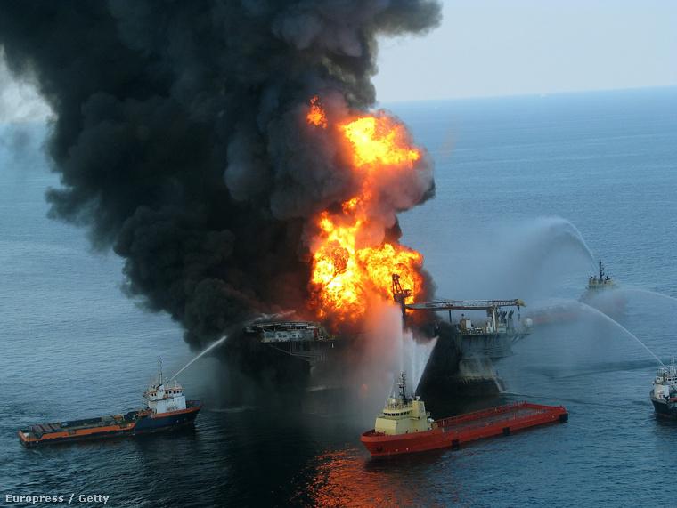 Oltási munkálatok a Mexikói-öbölben kigyulladt Deepwater Horizon fúrótornyon