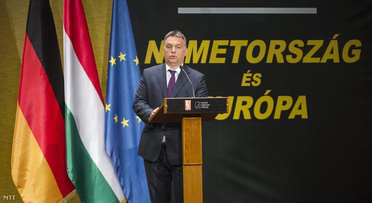 Orbán Viktor miniszterelnök beszél a Helmut Kohl volt német kancellár tiszteletére rendezett nemzetközi konferencián a Pesti Vigadó dísztermében 2015. június 2-án.