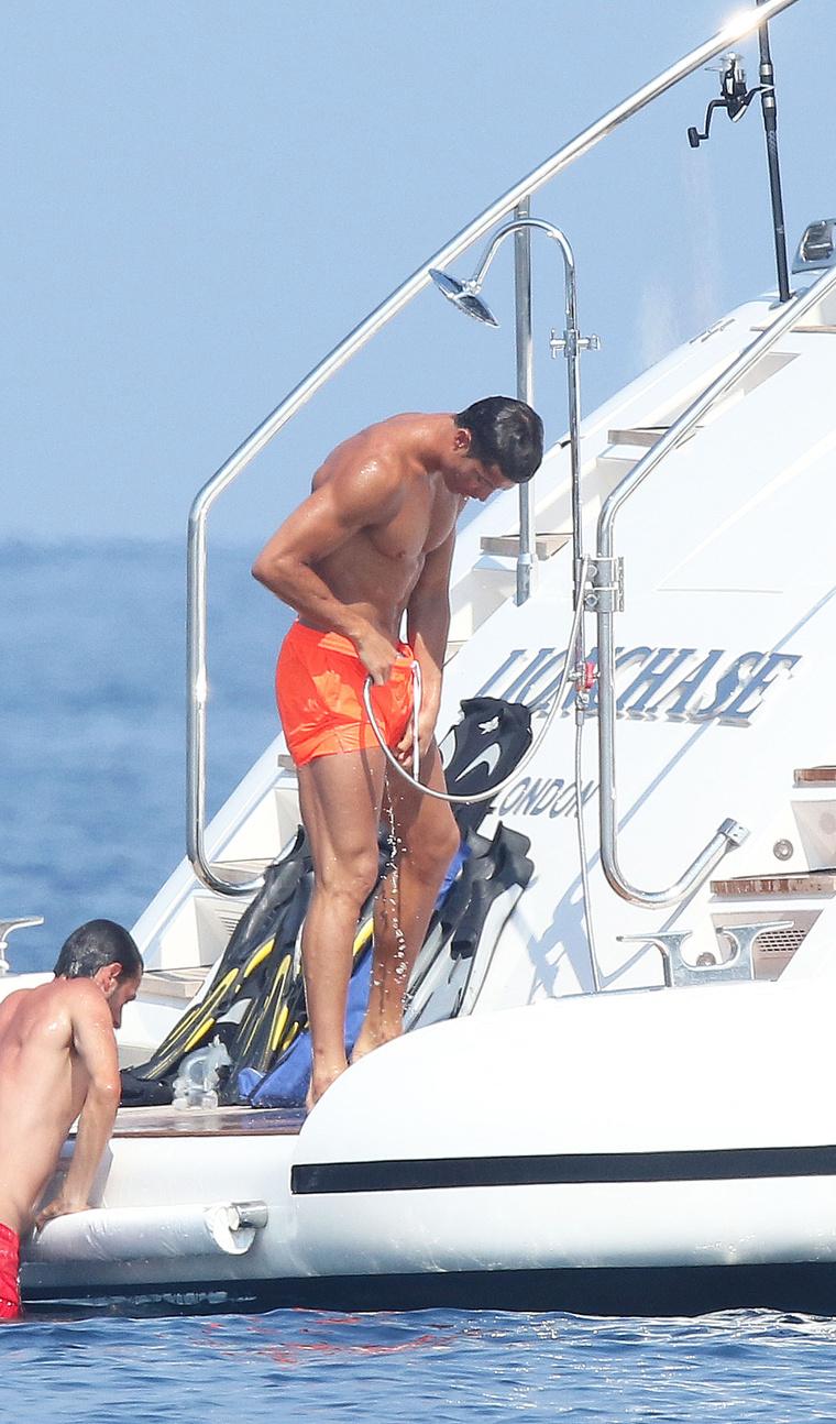 Fürdés után tusolni kell. Ronaldo még a fürdőgatyájába is bedugja a zuhanyt, nehogy a farkára kristályosodjon a tengeri só