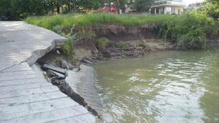 Egy betongát miatt szétmossa a Duna a partot a Rómain