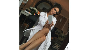 Victoria Beckham csupasz lábakkal, köntösben szelfizett