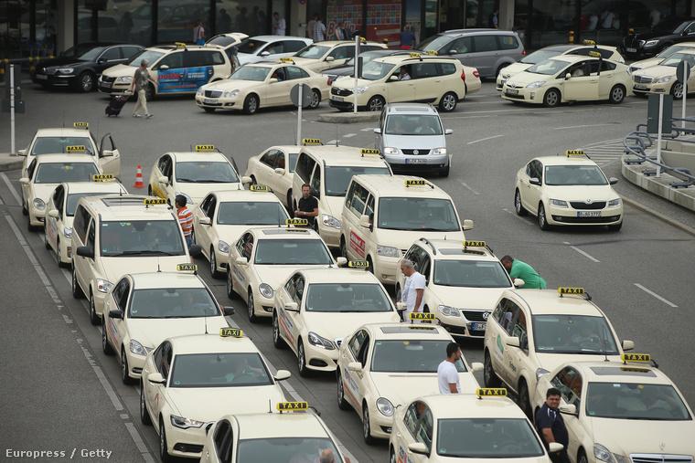Taxisok tüntetnek a Wundercar és Uber ellen Berlinben 2014. június 11.én.