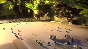 Ilyen szépet és megnyugtatót még nem látott: csilingel és gurul tízezer üveggolyó