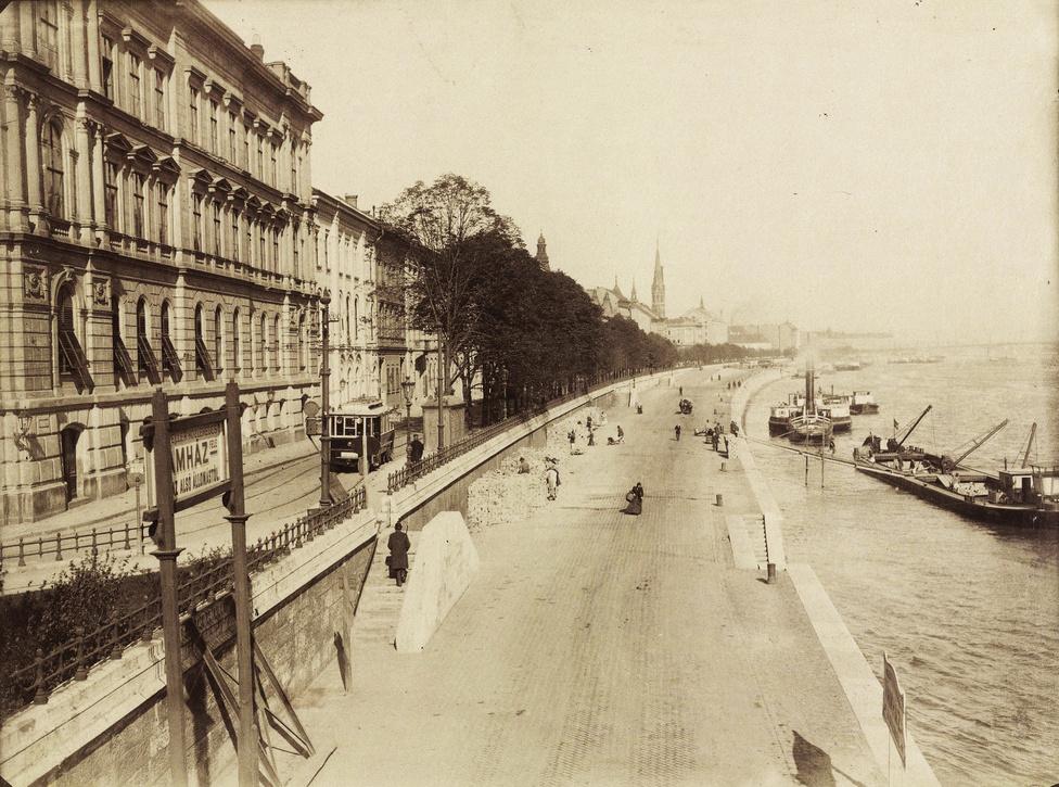 Bem rakpart a Lánchídról a Batthyány tér felé nézve. Balra a Lánchíd Palota, az Ybl Miklós által tervezett Lánchíd Társulat székháza látható.