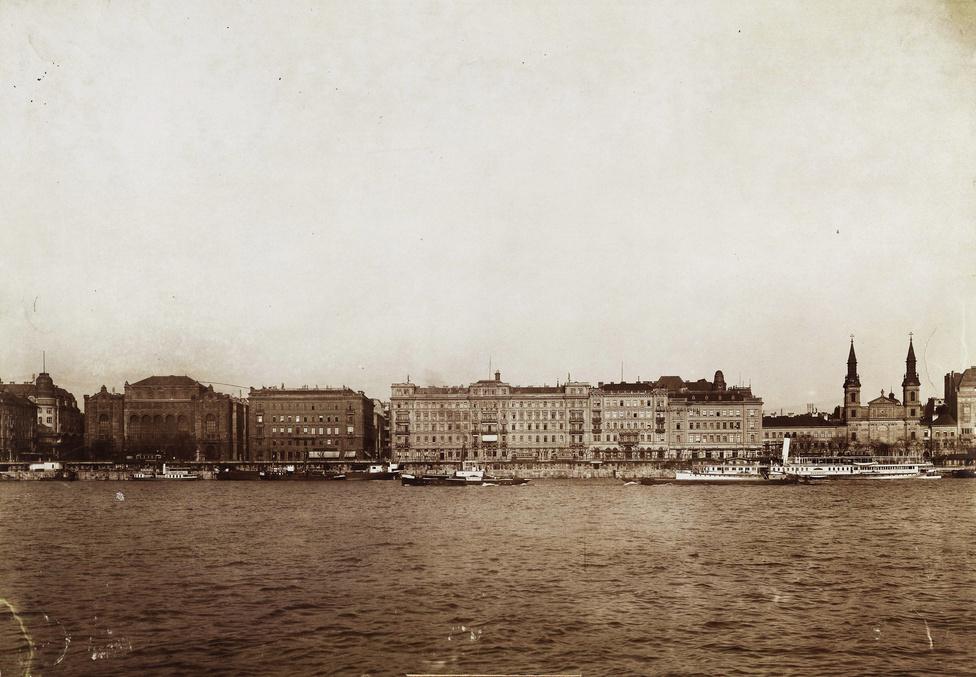 A Vigadótól jobbra az Első Magyar Általános Biztosító Intézet székháza, a Grand Hotel Hungária és a Hotel Bristol épülete a Dunáról nézve. A kép jobb szélén ismét a Nagyboldogasszony ortodox székesegyház.