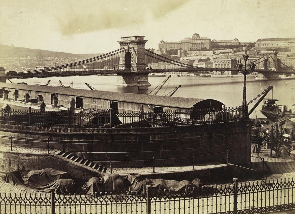 Rakodópart  a Lánchíd pesti hídfőjénél, háttérben a Királyi Palotával, 1896-ban.
