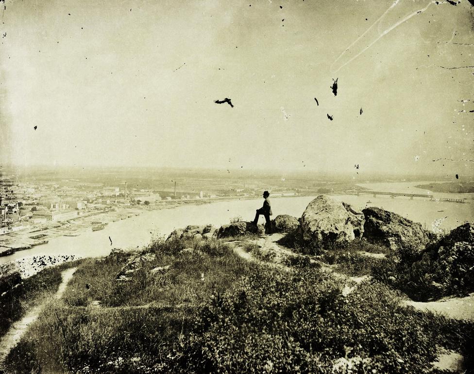 Kilátás a Gellért-hegyről Pest és az éppen épülő a Déli összekötő vasúti híd felé, 1876-ban.