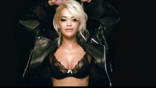 Rita Ora melltartóban szexiskedik az új klipjében
