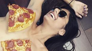 Mia Khalifa pizzával takarja a mellét