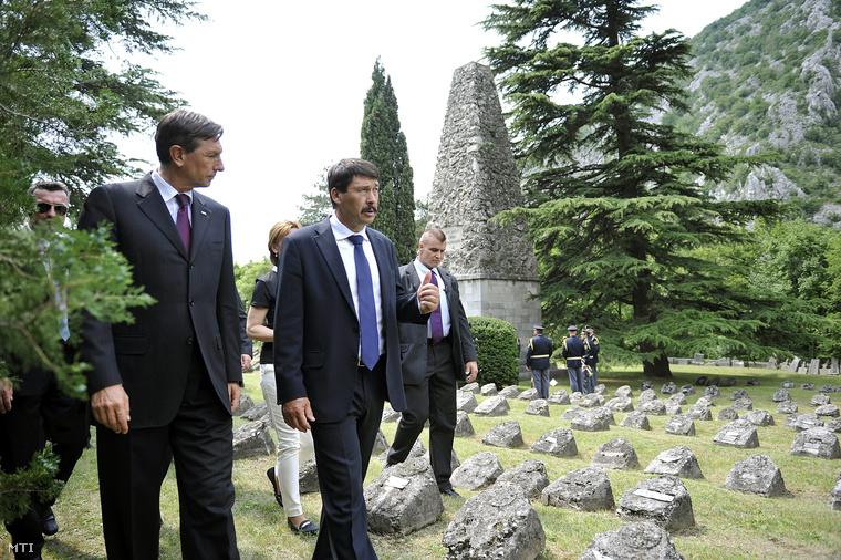 Áder János Borut Pahol szlovén államfővel Slokanban, a katonai temetőben.