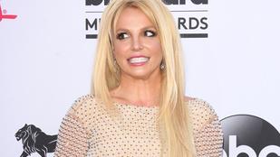 Britney Spears félmeztelenül fest, miközben Mariah Careyt hallgatja