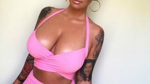 Rózsaszín bikinibe csomagolta csöcseit Amber Rose