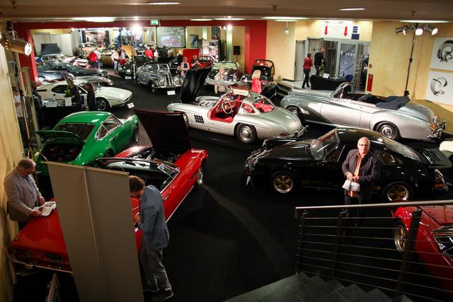 Ez csak az egyik terem, ahol az aukcionált autók állnak
