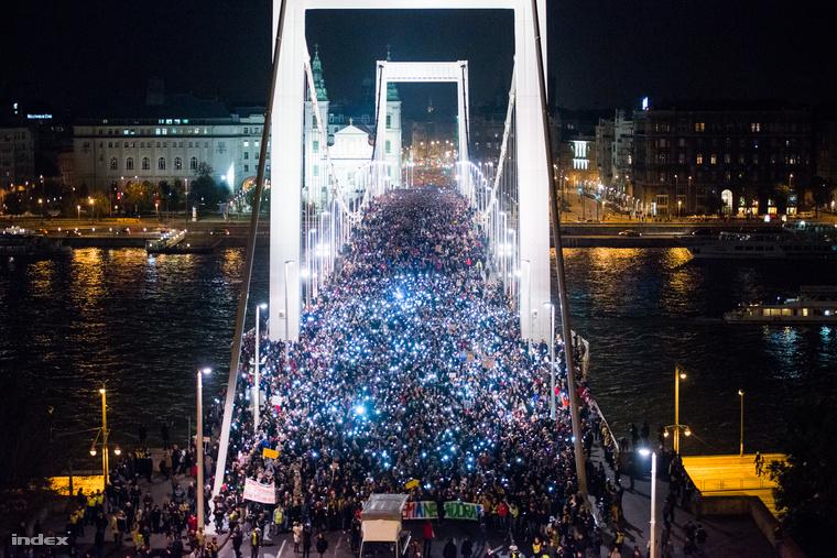 Az internetadó tervezete ellen tiltakozó tünetők vonulnak át az Erzsébet hídon 2014 őszén.
