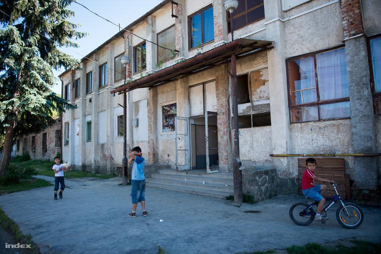 A nem túl jó állapotban lévő egykori munkásszálló a Jónás-lakótelepen