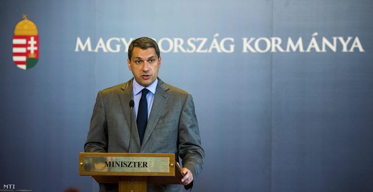 Lázár János a Miniszterelnökséget vezető miniszter a Kormányinfo 11 - Mit miért tesz a kormány? címmel tartott sajtótájékoztatón az Országházban 2015. június 4-én.