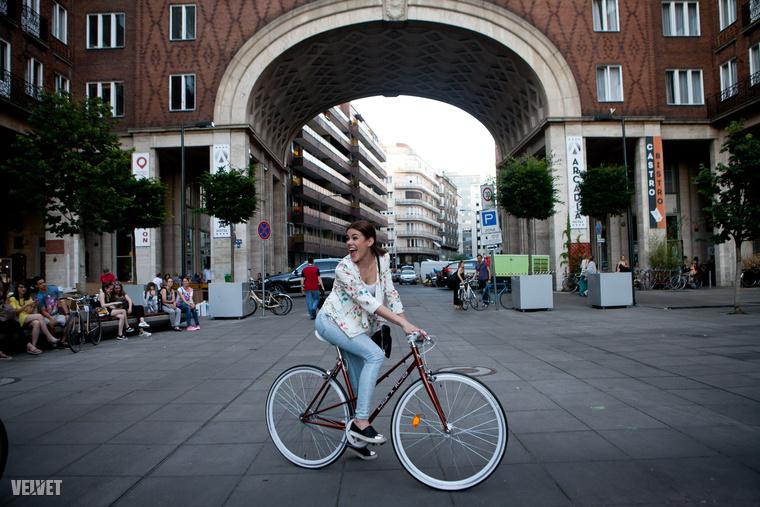 Csobot Adél kerékpáron