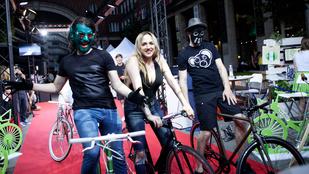Tóth Gabi és Odett megmutatta, milyen dekoltázzsal kell biciklizni