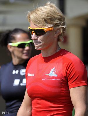 Douchev-Janics Natasa (j) és Kovács Katalin a K2 500 méteres verseny döntője előtt.