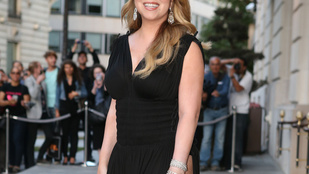 Mariah Carey csípőig sliccelt ruhában mutogatta a combját