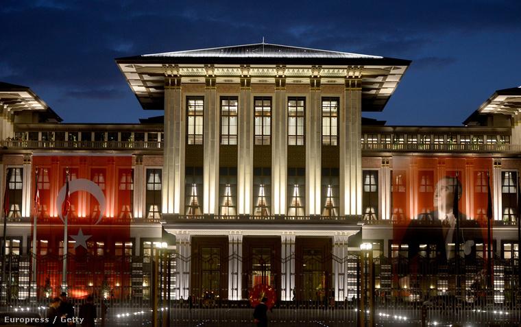 """Egy """"cseppnyi"""" luxus: az elnöki palota"""