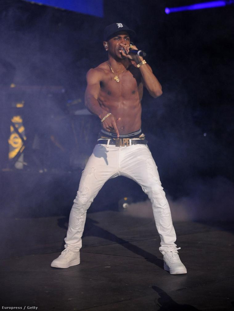 Big Sean fehér nadrágban
