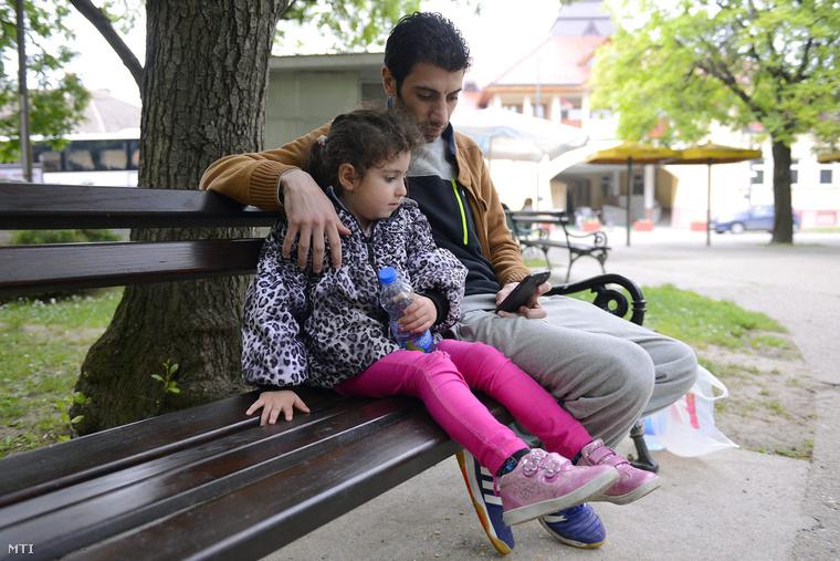 A Szíriából menekült Mohamed ötéves lányával Zubiadával a szerb-magyar határhoz közeli kisvárosban Magyarkanizsa központjában 2015. május 21-én. Apa és lánya négy hónapja van úton a célállomás Németország.