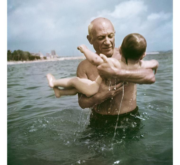 Pablo Picasso fiával, Claude-dal játszik a vízben, Vallauris, Franciaország, 1948.