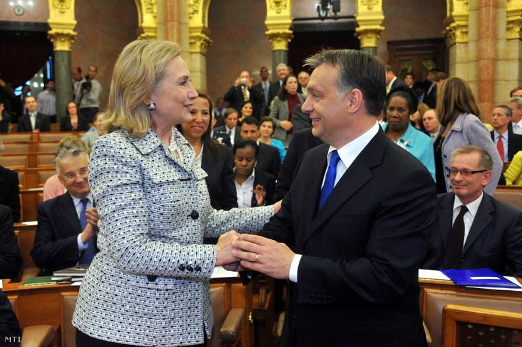 Orbán Viktor miniszterelnök fogadja Hillary Clintont az Egyesült Államok külügyminiszterét a Tom Lantos Intézet megnyitóján a Parlamentben, 2011. június 30-án. A háttérben Semjén Zsolt, Eleni Tsakopoulos Kounalakis amerikai nagykövet és Gottfried Péter a miniszterelnök külpolitikai tanácsadója.