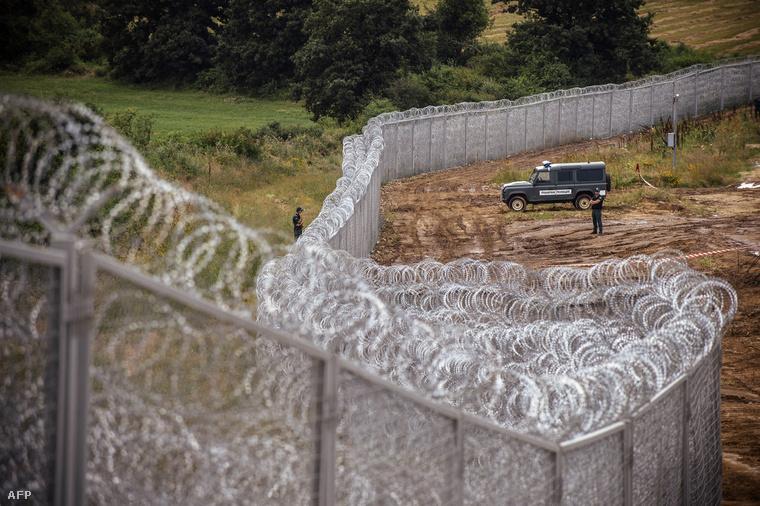Rendőrök őrködnek a bolgár–török határon lévő kerítés mellett Goljam Dervent település közelében