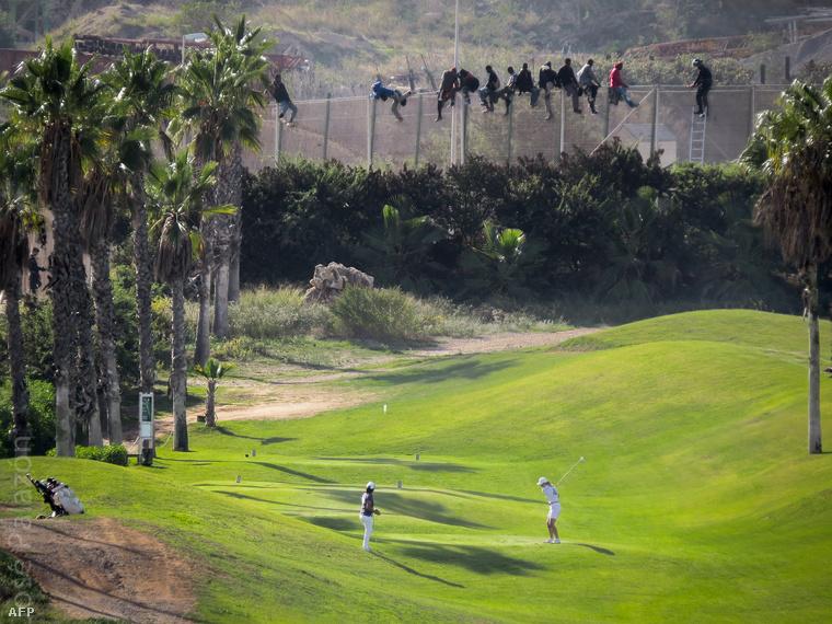 Afrikai menekültek próbálnak átjutni a három kerítésből álló védelmi rendszeren Melillában. A felvételt egy spanyol emberi jogi szervezet készítette.