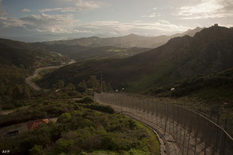 Kerítés Ceuta közelében, a marokkói határon