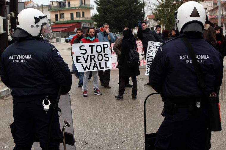 Demonstráció a görögországi Oresztiadában a szögesdrót kerítés megépítése ellen, 2012. február 6-án.