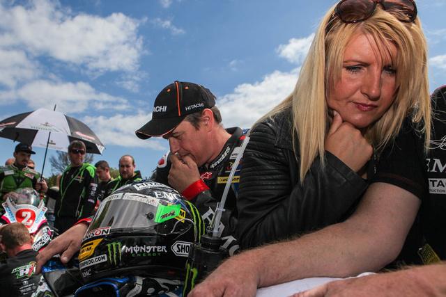 A McGuinness házaspár délutáni tea helyett motorokon könyököl