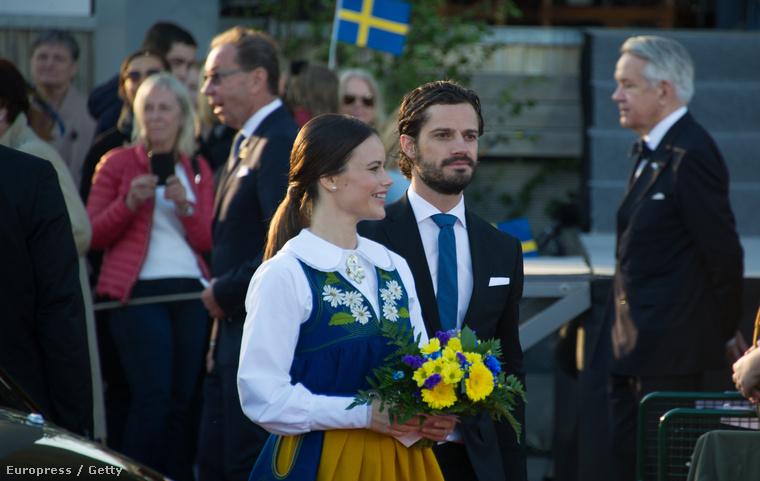 Ez értelemszerűen még nem az esküvő! Itt Károly Fülöp herceg és menyasszonya, Sofia Hellqvist Svédország nemzeti ünnepén vonul be valahova