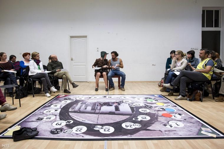 Hay Anna és Jaskó Bálint (középen) a magyarországi mélyszegénységről szóló Szociopoly című interaktív színházi társasjáték próbáján a Jurányi Inkubátorházban