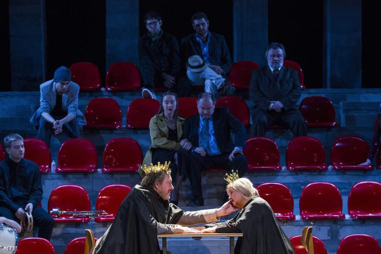 Gálffi László (b) az első színész a betétdarabban király és Pogány Judit (j) a második színész a betétdarabban királyné szerepében a Hamlet című próbáján
