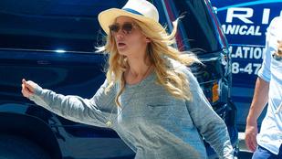 Jennifer Lawrence majdnem pofára esett a ronda papucsában