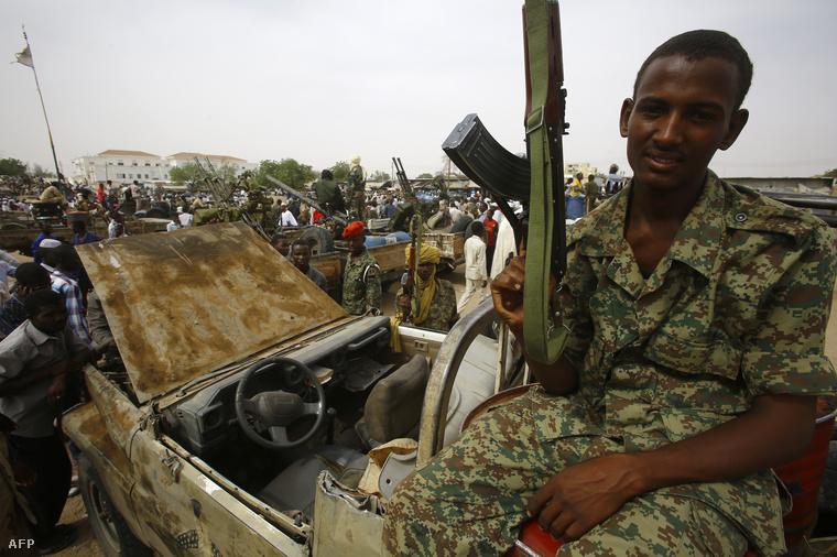 A szudáni gyorsreagálású erők katonái Nyalában egy bevetés előtt