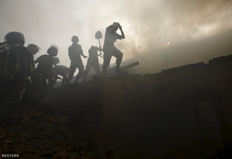 Mentőcsapatok dolgoznak a letarolt romok között.