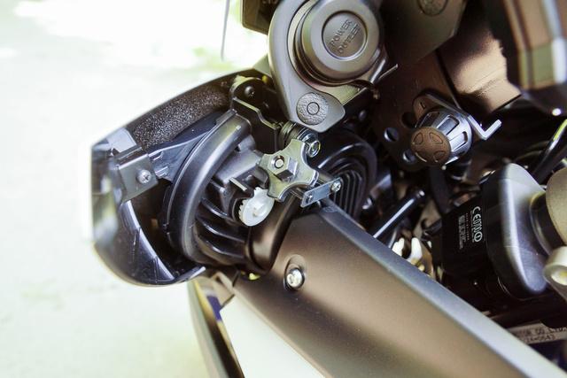 Térjünk rá a gagyira: a szélső négyágú kerék a lámpaállító, a jobbra lévő tekerentyűvel pedig a szélvédőt lazíthatjuk meg