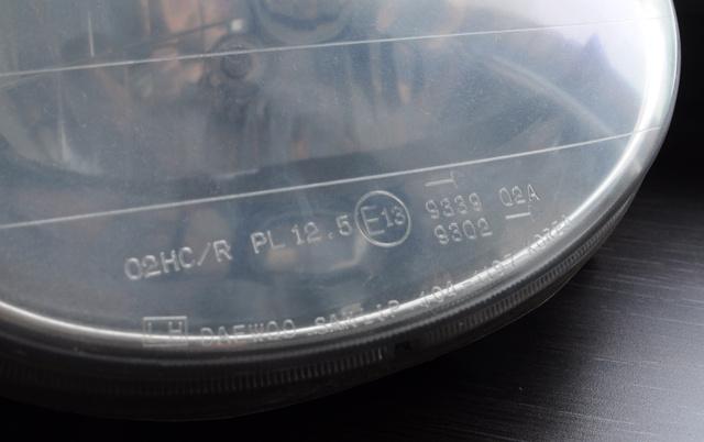 Szabványos európai jelzés egy Daewoo Matiz kiszerelt fényszóróján